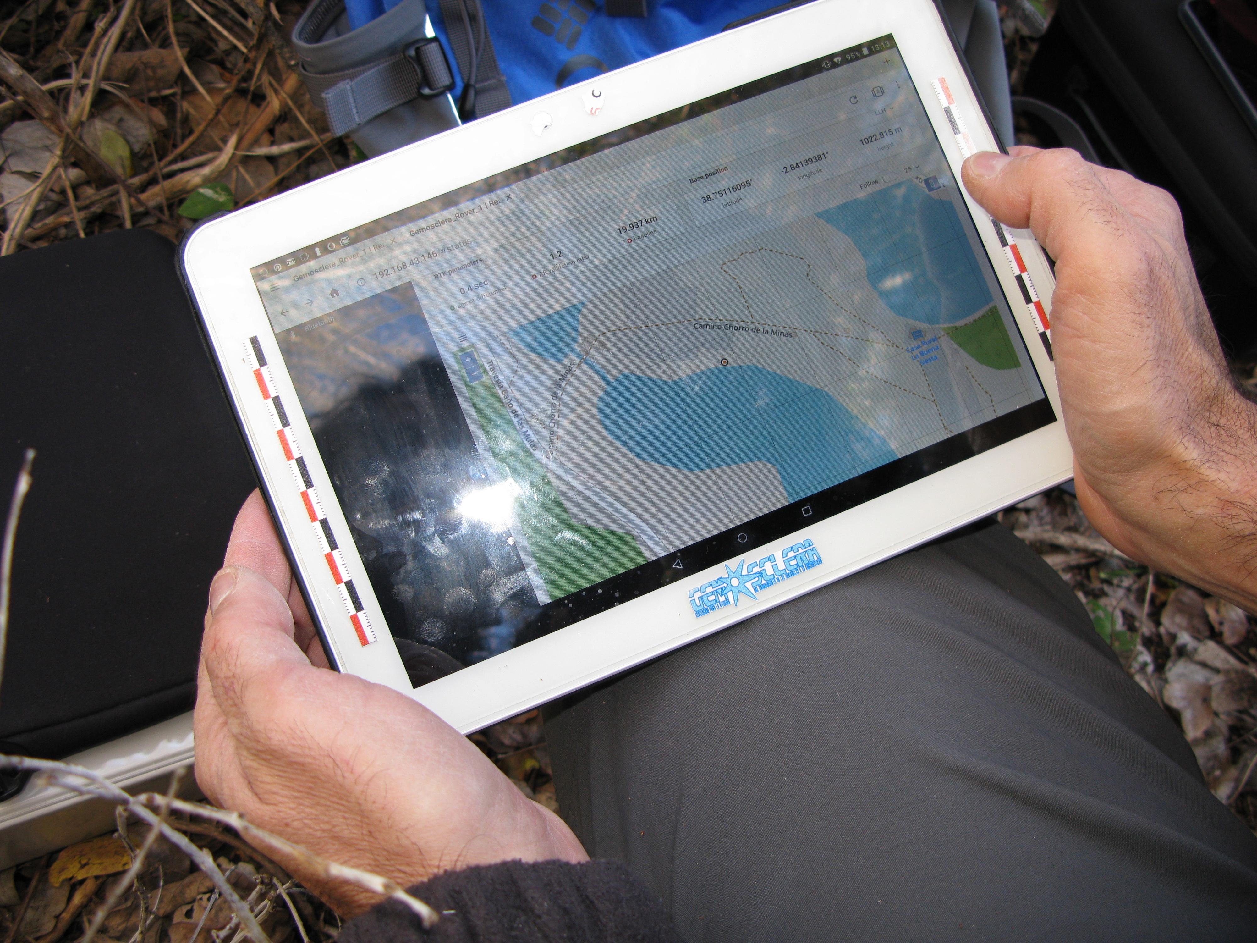 Observando los datos que aporta la antena GNSS en una tableta.
