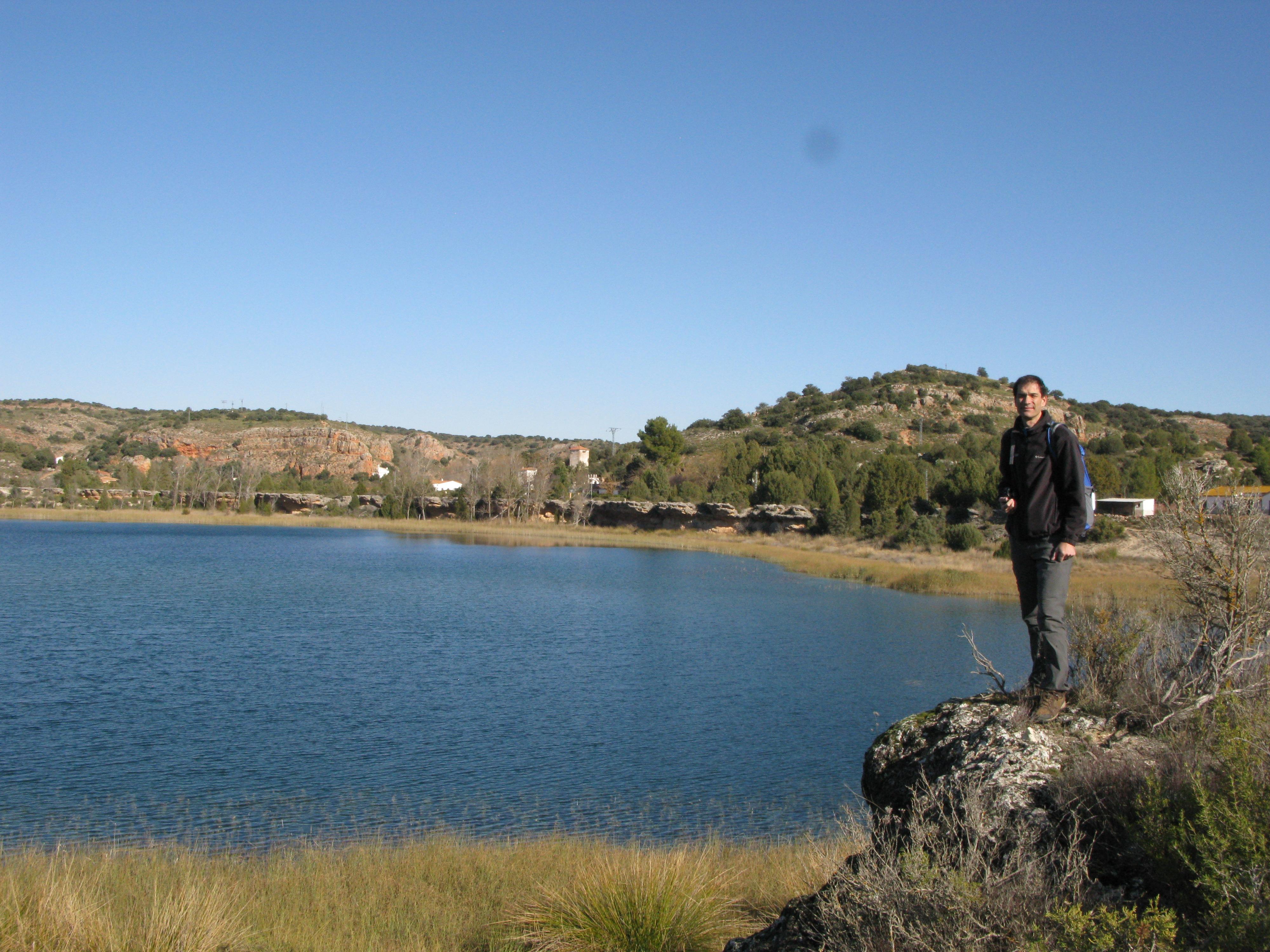 Miembro de Gemosclera observando la laguna Tinaja desde la terraza tobácea que tiene en su margen izquierdo.