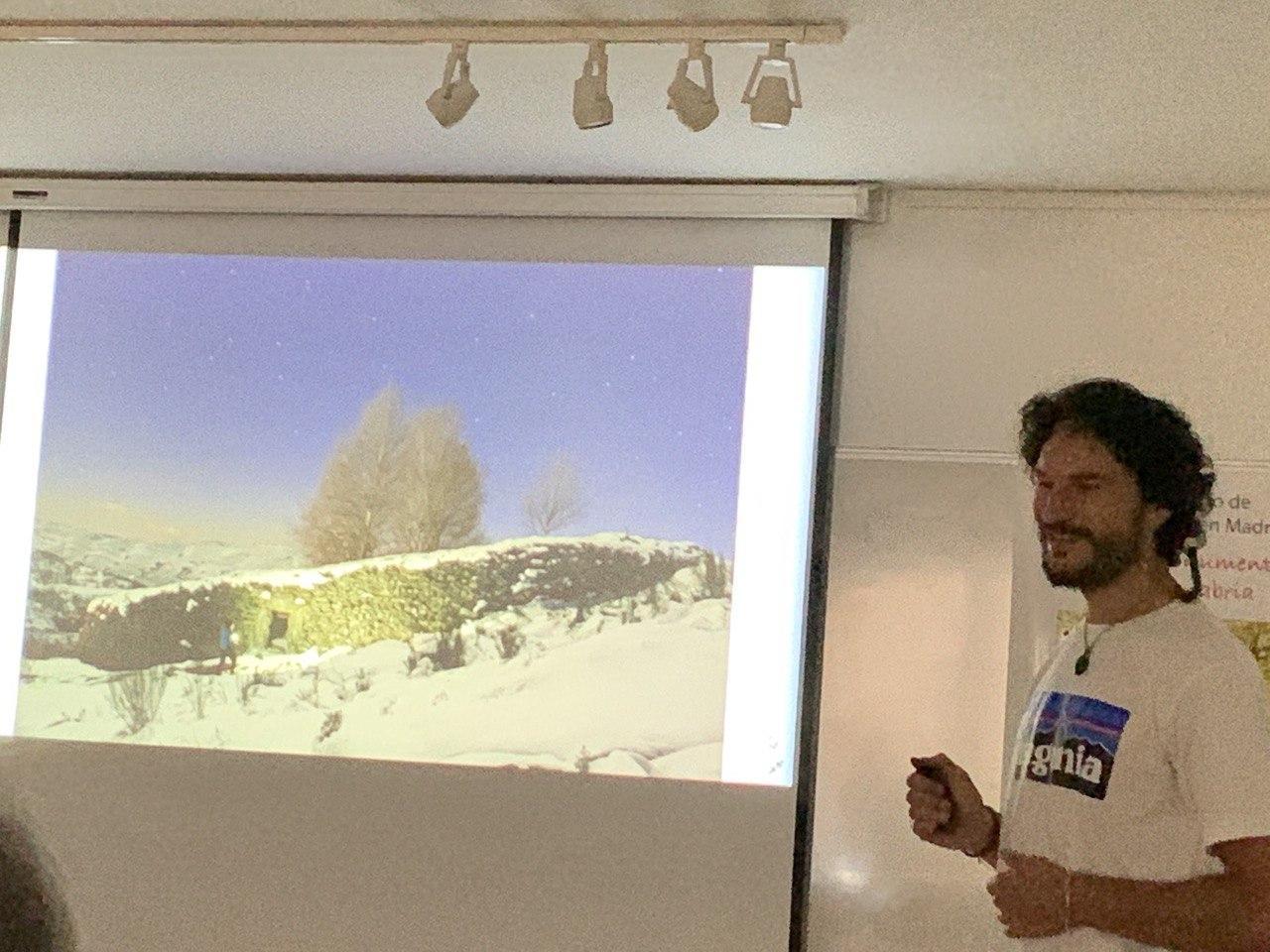 Daniel Boyano mostrando una fotografía de unos abedules.