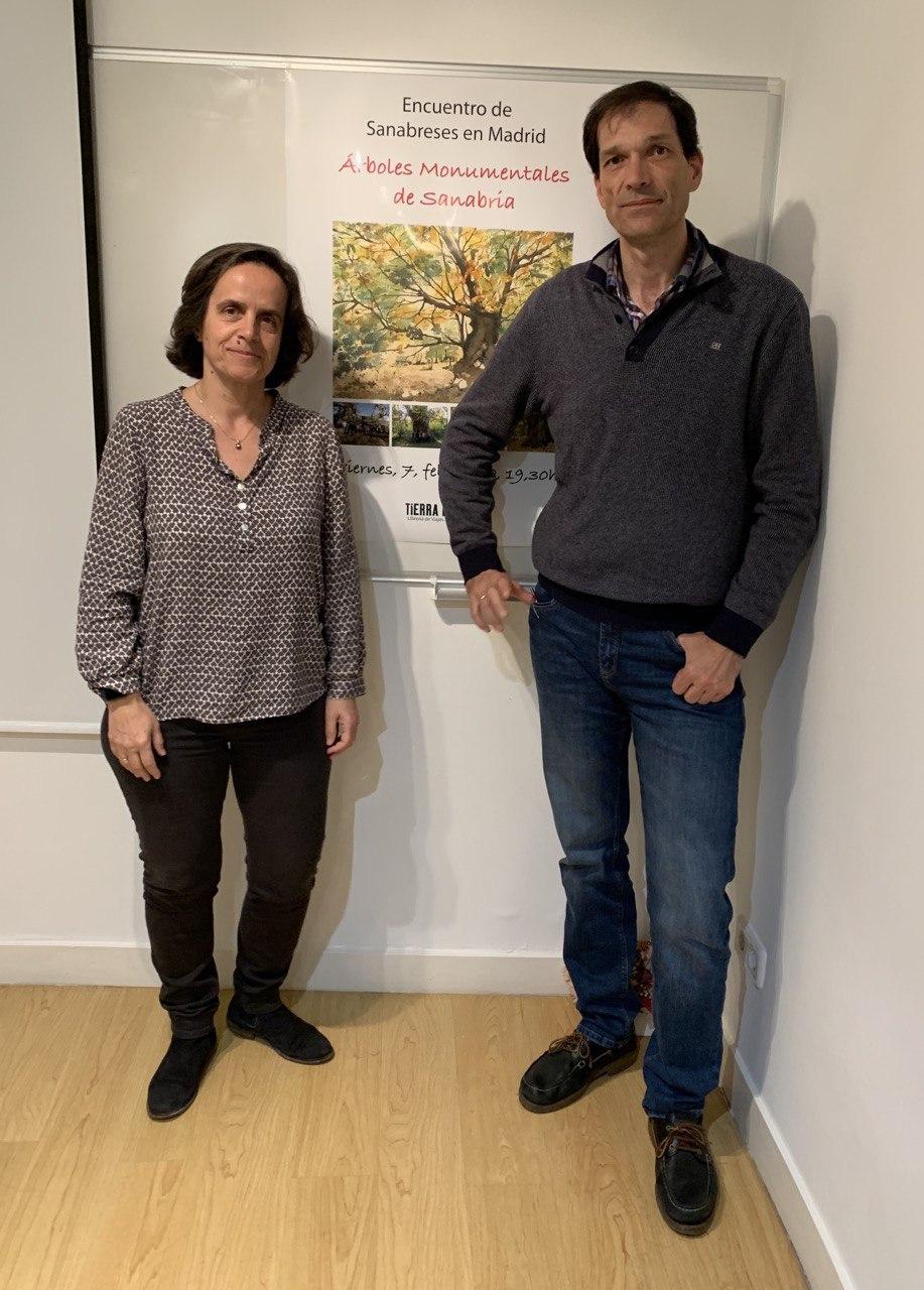 Daniel y Pilar, miembros de Gemosclera, junto al cartel de la jornada.