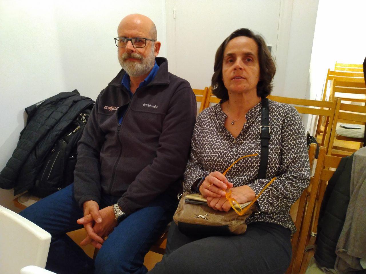 Pilar y Javi, miembros de Gemosclera, sentados antes de la jornada.