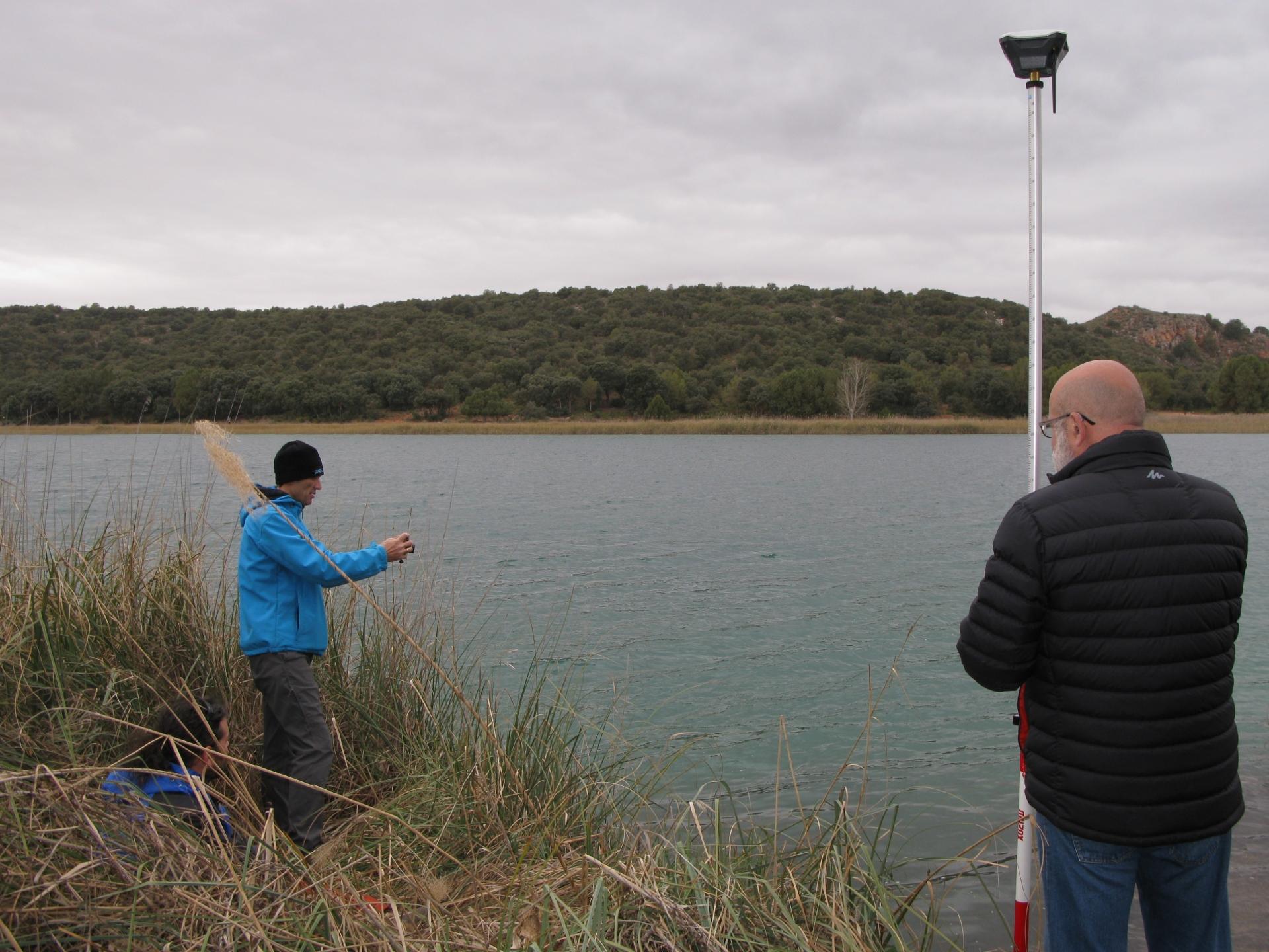 Javi con la antena GNSS y Dani con la brújula